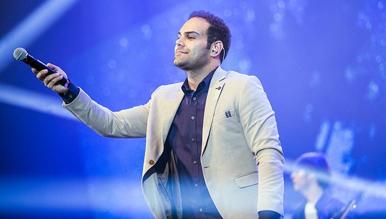 سیامک عباسی برای نخستین بار به روی صحنه رفت