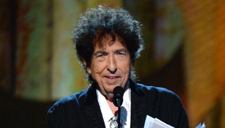 باب دیلن سرانجام نوبل ادبی را پذیرفت