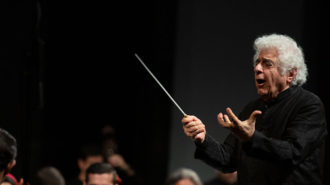 ارکستر سمفونیک تهران به رهبری لوریس چکناواریان روی صحنه رفت/ از دفاع مقدس تا صلح و دوستی